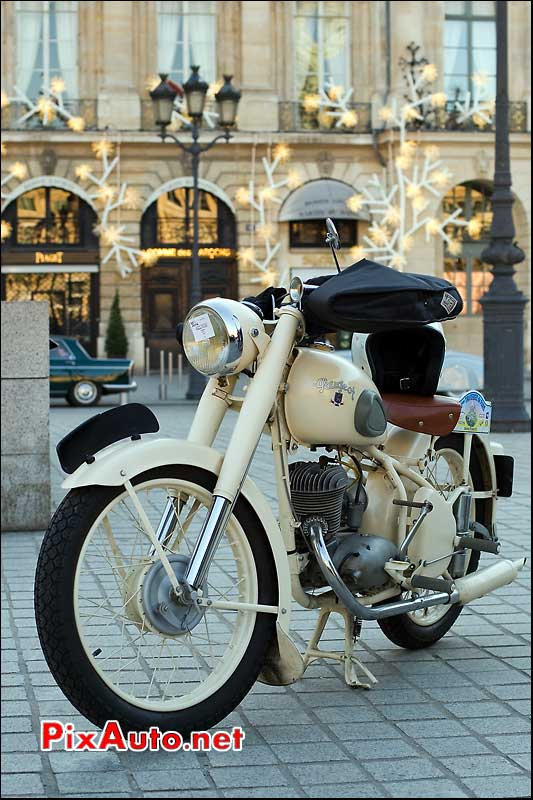 Motocyclette Peugeot traversee de paris