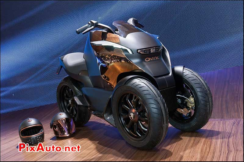 Prototype tricycle Peugeot Onyx et casque Ruby