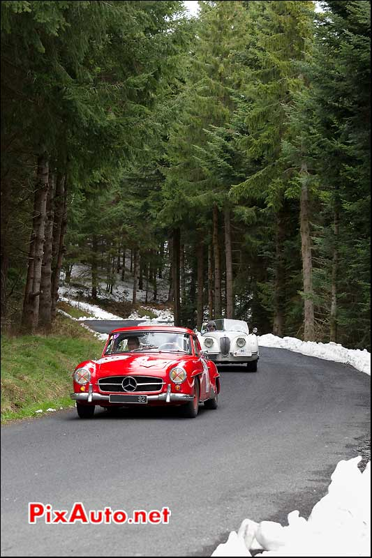 mercedes-benz 190sl petite route forestiere enneigee