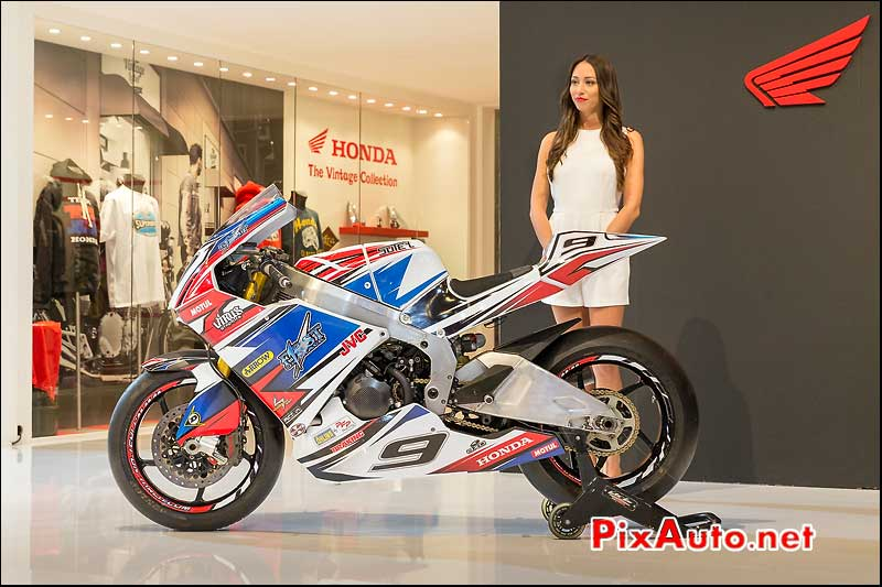 Honda Moto2 et hotesse, First-on-Track, salon-de-la-moto Paris