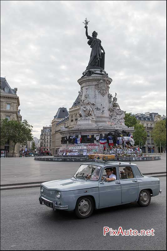 Traversee-de-Paris-Estivale, Renault 8 Place de La Republique